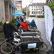 Übergabe der E-Lastenräder der Aktion Radfahren neu entdecken vor dem UmweltHaus-Kassel e. V.